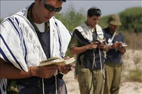 IDF soldiers praying, source: Wikipedia
