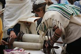 A woman reading Torah, source: Wikipedia