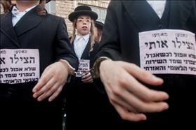 Thousands of demonstrators from the orthodox extremist group ''haeda haharedit'', protested against the intention to draft yeshiva students to the army by chaining their kids to each other using handcuffs
