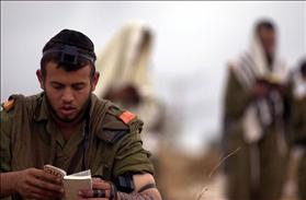 IDF soldier at prayer, Source: Wikipedia