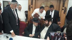 Rabbi Meir Mazuz being consulted, source: Wikipedia